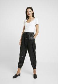 Anna Field - 2 PACK - T-shirt basic - white/black - 1