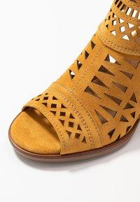 Alpe - LISET - Varrelliset sandaalit - mostaza - 2