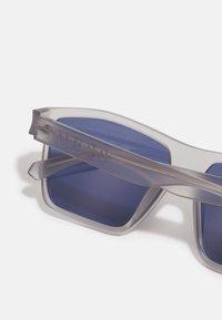 Guess - UNISEX - Sunglasses - matte crystal light grey/blue - 2