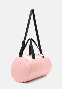 Puma - BARREL BAG - Sportstasker - elektro peach/black - 2