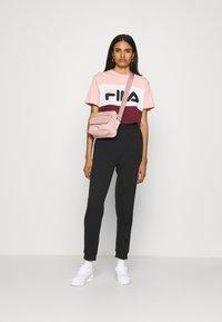 Fila - ALLISON - Print T-shirt - tawny port/coral cloud/bright white - 1