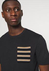 Only & Sons - ONSMELTIN LIFE POCKET TEE - T-shirt med print - black - 5