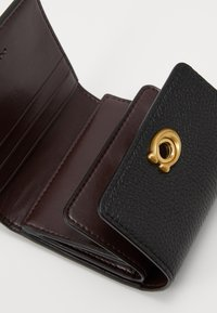 Coach - POLISHED TURNLOCK SMALL WALLET - Wallet - black - 3