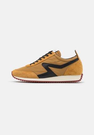 RETRO RUNNER - Sneakers laag - mustard