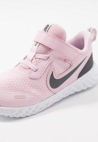 Nike Performance - REVOLUTION 5 UNISEX - Obuwie do biegania treningowe - pink foam/dark grey - 2