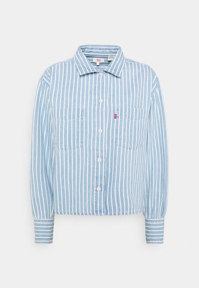 ZOEY PLEAT UTILITY - Button-down blouse - light-blue denim