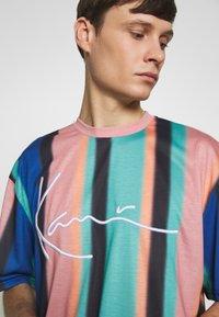 Karl Kani - UNISEX SIGNATURE STRIPE TEE - Triko spotiskem - turquoise/black/blue/pink - 4