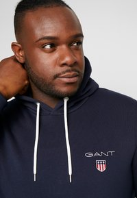 GANT - MEDIUM SHIELD HOODIE - Hoodie - evening blue - 4