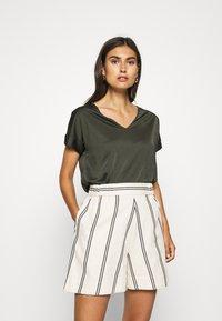 s.Oliver BLACK LABEL - T-shirt con stampa - dark khaki green - 0
