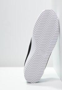 Nike Sportswear - CLASSIC CORTEZ - Sneakers basse - white/black - 4