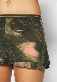 Hunkemöller - SHORT WORLD MAP - Pyjama bottoms - martine olive - 3