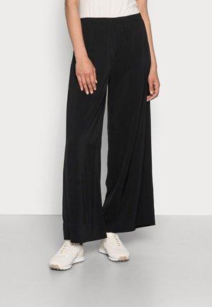 PANTS FLUENT WIDE LEG SEAM POCKETS - Bukse - black