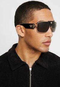 Versace - Sonnenbrille - gold-coloured - 1
