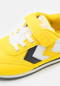 Hummel - REFLEX INFANT UNISEX - Sneakers laag - yellow - 5