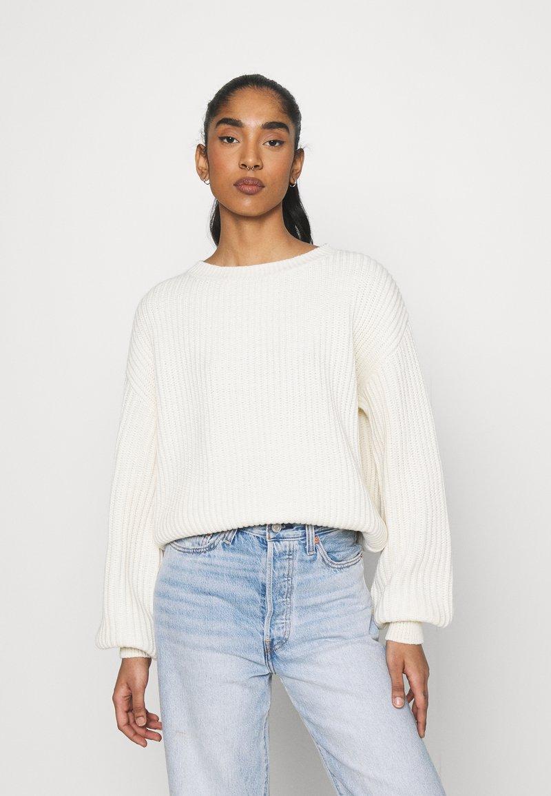 NA-KD - MATIAMU BY SOFIA  - Stickad tröja - white
