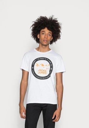JCOBILO - Print T-shirt - white