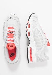 Nike Sportswear - AIR MAX TAILWIND - Zapatillas - vast grey/laser crimson/white - 3