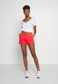 Superdry - HOT - Shorts - apple red - 1