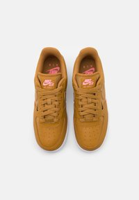 Nike Sportswear - AIR FORCE 1 - Joggesko - wheat/sunset pulse/black