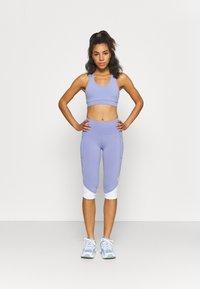 Cotton On Body - V NECK CUT OUT CROP - Sportovní podprsenky s lehkou oporou - periwinkle - 1