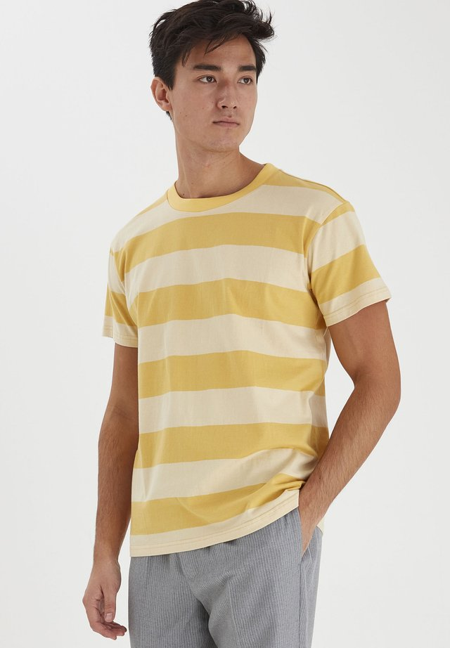 TUE WIDE STRIPED - Printtipaita - sunset gold