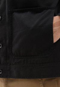 Vans - MN NEW VARSITY DRILL CHORE COAT - Denim jacket - black - 2
