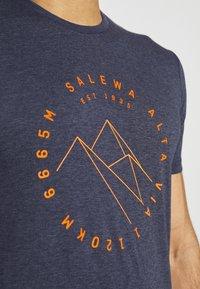 Salewa - ALTA VIA DRY TEE - T-shirt med print - premium navy melange - 4