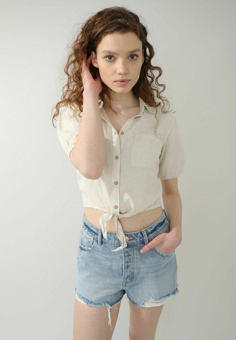 Pimkie - MIT BINDUNG - Button-down blouse - beige