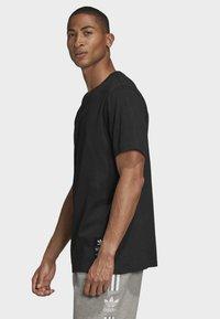 adidas Originals - TREFOIL EVOLUTION T-SHIRT - Print T-shirt - black - 2
