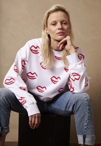 Phyne - KISS ALLOVER - Sweater - white/red - 0