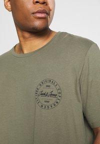 Jack & Jones - JORMOVESMALL TEE CREW NECK - Print T-shirt - dusty olive - 6