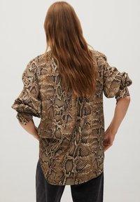 Mango - BEDRUCKTES SCHLANGENMUSTER - Button-down blouse - braun - 1