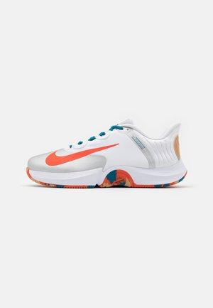 COURT AIR ZOOM GP TURBO - Multicourt tennis shoes - white/team orange/green abyss/praline