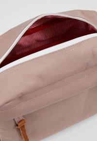 Herschel - CHAPTER - Kosmetická taška - ash rose - 5