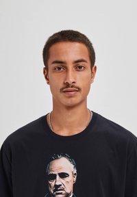 "PULL&BEAR - ""DER PATE"" - T-shirts print - black - 3"