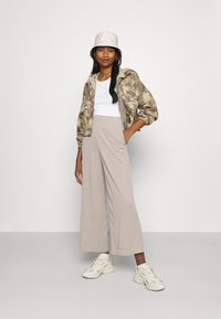 Monki - CILLA TROUSERS - Bukse - mole dusty light - 1