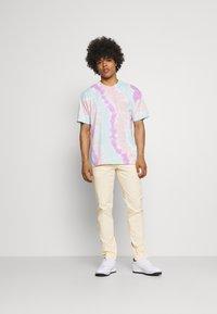 Nike Sportswear - TEE WILD TIE DYE - Camiseta estampada - white/grey/light dew - 1