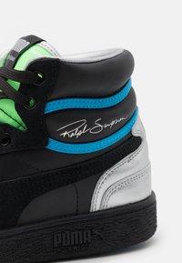Puma - RALPH SAMPSON MID ROYAL FAM UNISEX - Sneakersy wysokie - black/elektrogren/dresden blue - 5