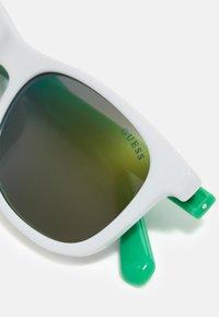 Guess - KIDS EYEWEAR UNISEX - Sluneční brýle - green - 4