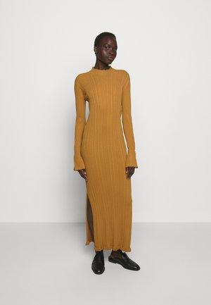 HADELAND DRESS - Abito in maglia - light brown