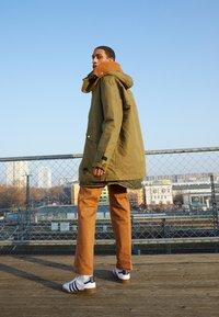 adidas Originals - JEANS UNISEX - Tenisky - footwear white/collegiate navy - 0