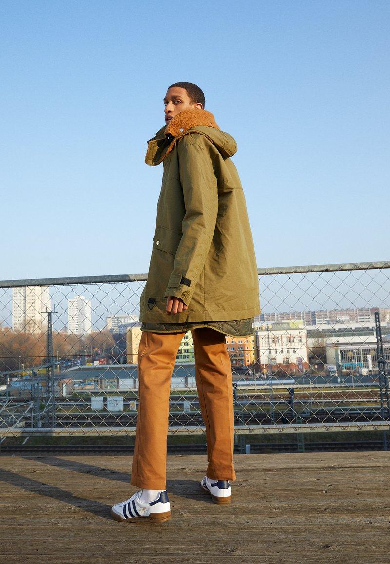adidas Originals - JEANS UNISEX - Tenisky - footwear white/collegiate navy