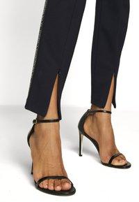 KARL LAGERFELD - PUNTO LOGO TAPE - Trousers - blue - 4