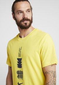 Nike Performance - DRY RUN SEASONAL  - Print T-shirt - chrome yellow/obsidian - 4