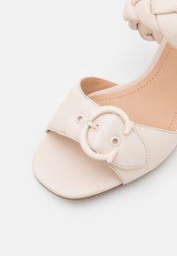 Coach - MOLLIE  - Pantofle na podpatku - chalk - 6
