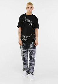Bershka - T-shirt con stampa - black - 1