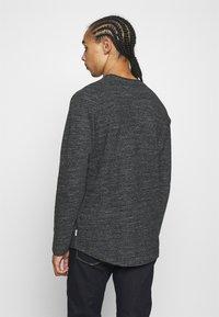 Jack & Jones - JCOOZIL TEE CREW NECK - Stickad tröja - black melange - 2