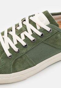 Globe - SURPLUS - Sneakers laag - olive/wolverine - 5