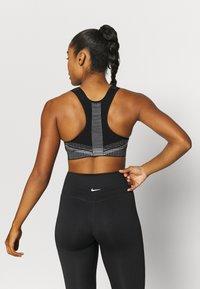 Nike Performance - FE/NOM FLYKNIT BRA - Medium support sports bra - black/white - 2