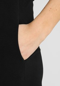 Even&Odd - OCCASION - V DETAIL NECK SLEEVELESS JUMPSUIT - Jumpsuit - black - 6